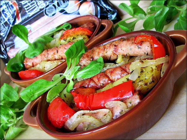 Pieczona Kiełbasa z Ziemniakami , Papryką i Cebulą
