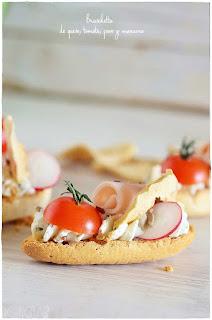 Bruschetta de queso, tomate, pavo y manzana