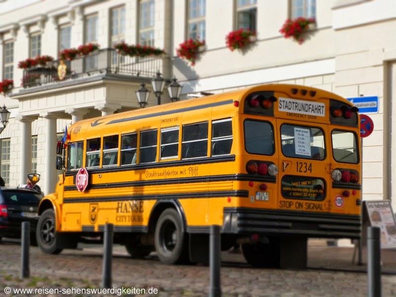 Bus für Stadtrundfahrten in Wismar vor dem Rathaus