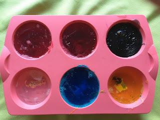 Savon pour enfants, bases colorées et surprises dans le moule en silicone