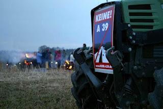 Am 29. März 2006 haben A 39-Gegner mit Feuern gegen die A 39 protestiert