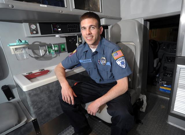 El Técnico de Emergencias Médicas sordo Chad Grabousky de Filadelfia en Estados Unidos