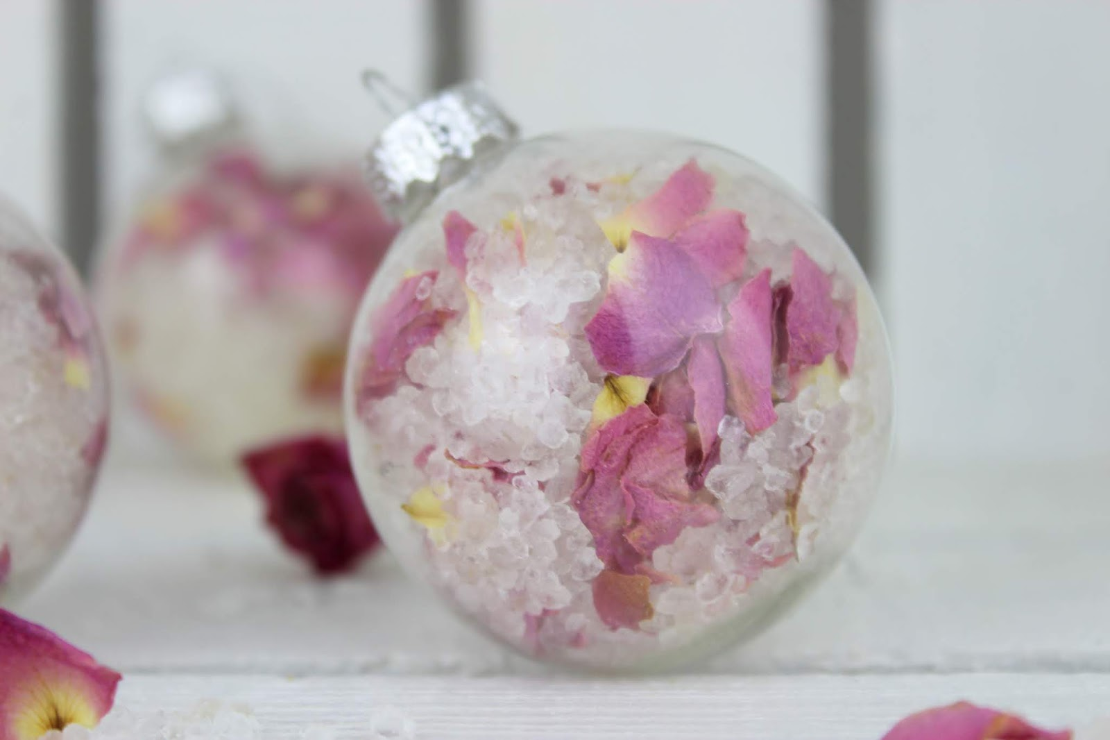 DIY Badesalz mit Rosenblütenblättern verpackt in einer ...