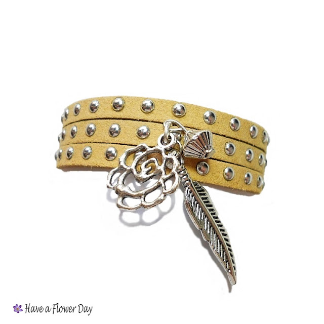 Pulseras de ante con tachuelas y charms · Suede bracelets with spikes and charms
