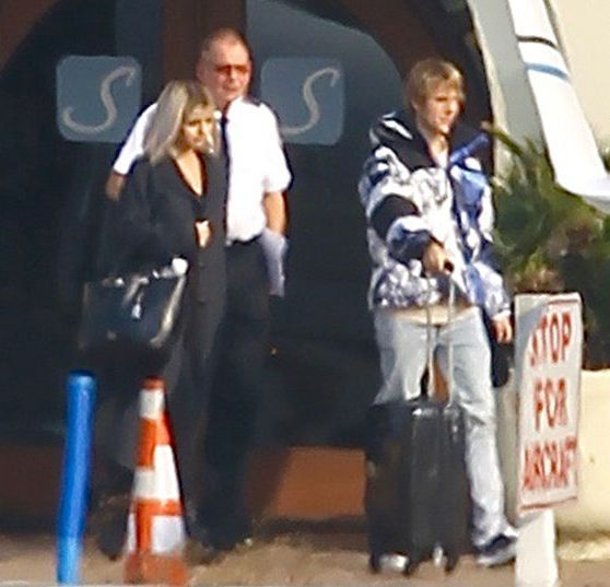 Justin Bieber and Selena Gomez spotted jetting out of town together in a private jet (photos)