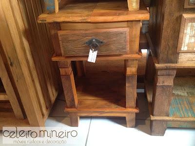 criado mudo em madeira de demolição com acabamento semi rústico