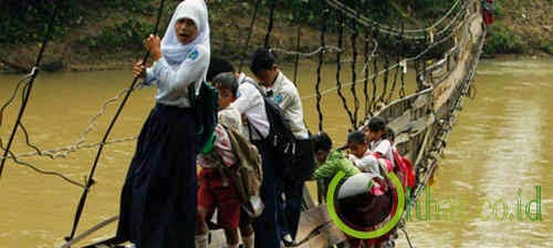 Anak-anak usia sekolah menyeberangi Sungai Ciberang