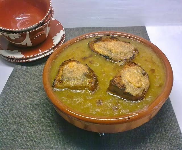 Sopa de Cebolla  Vegana con Tostadas Gratinadas.