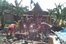 Koramil 17/ Kradenan Bersihkan Puing Kebakaran Di Banjarsari