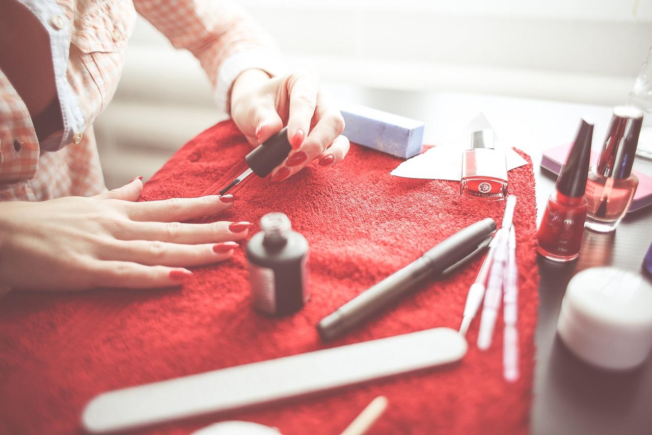 pęcherzyki powietrza przy malowaniu paznokci
