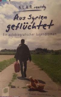 das Cover zeigt einen jungen Mann auf einem Weg von hintem, er trägt einen Koffer in der Hand, hinter ihm liegt ein Teddy