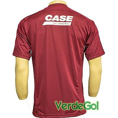 A camisa possui filetes na cor azul e lembra bastante na minha opinião  aquele uniforme de goleiro de 2008 2009 (aquele do vidro de ketchup 01bd6d82c81b1