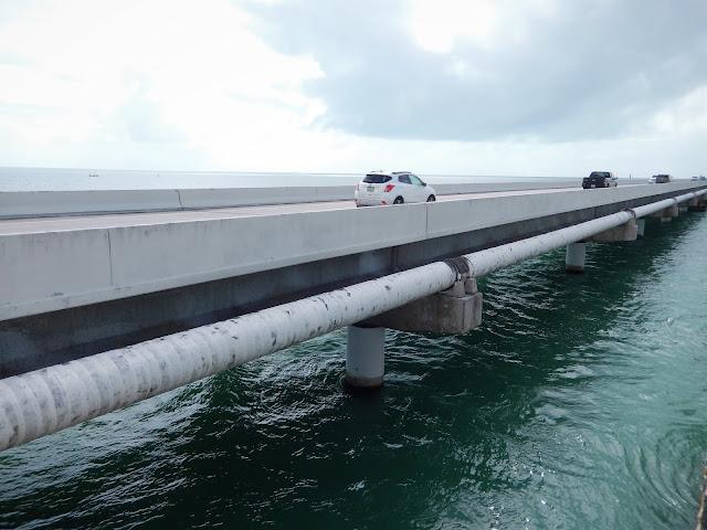 Vista de un tramo de la carretera sobre el mar