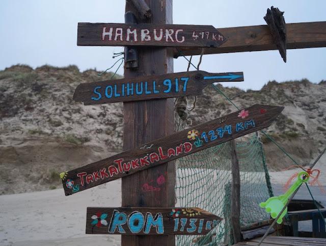 Die Lökken Beachbar: Die coolste Bar der Jammerbucht. Wegweiser gehen überall hin und in der Beachbar ist alles möglich!