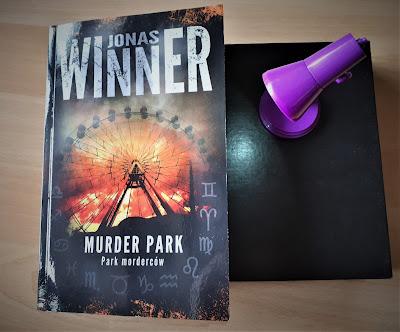 """Czego możesz obawiać się w parku rozrywki, czyli recenzja książki Jonasa Winnera """"Murder Park. Park morderców""""."""