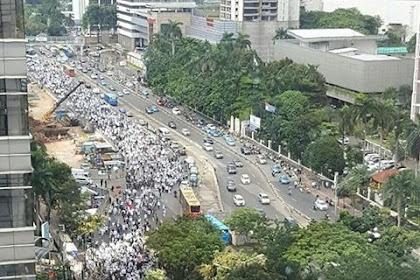 Heroik Massa FPI: Lagu Berkibarlah Benderaku Menggema di Mapolda Metro Jaya