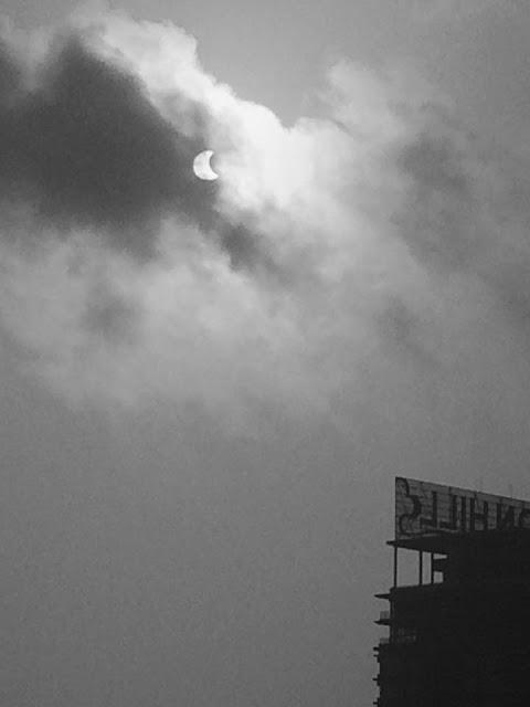 Bạn Lã Minh Đức chụp lại khoảnh khắc Mặt Trời đang bị che khuất bởi Mặt Trăng ở sau những đám mây.
