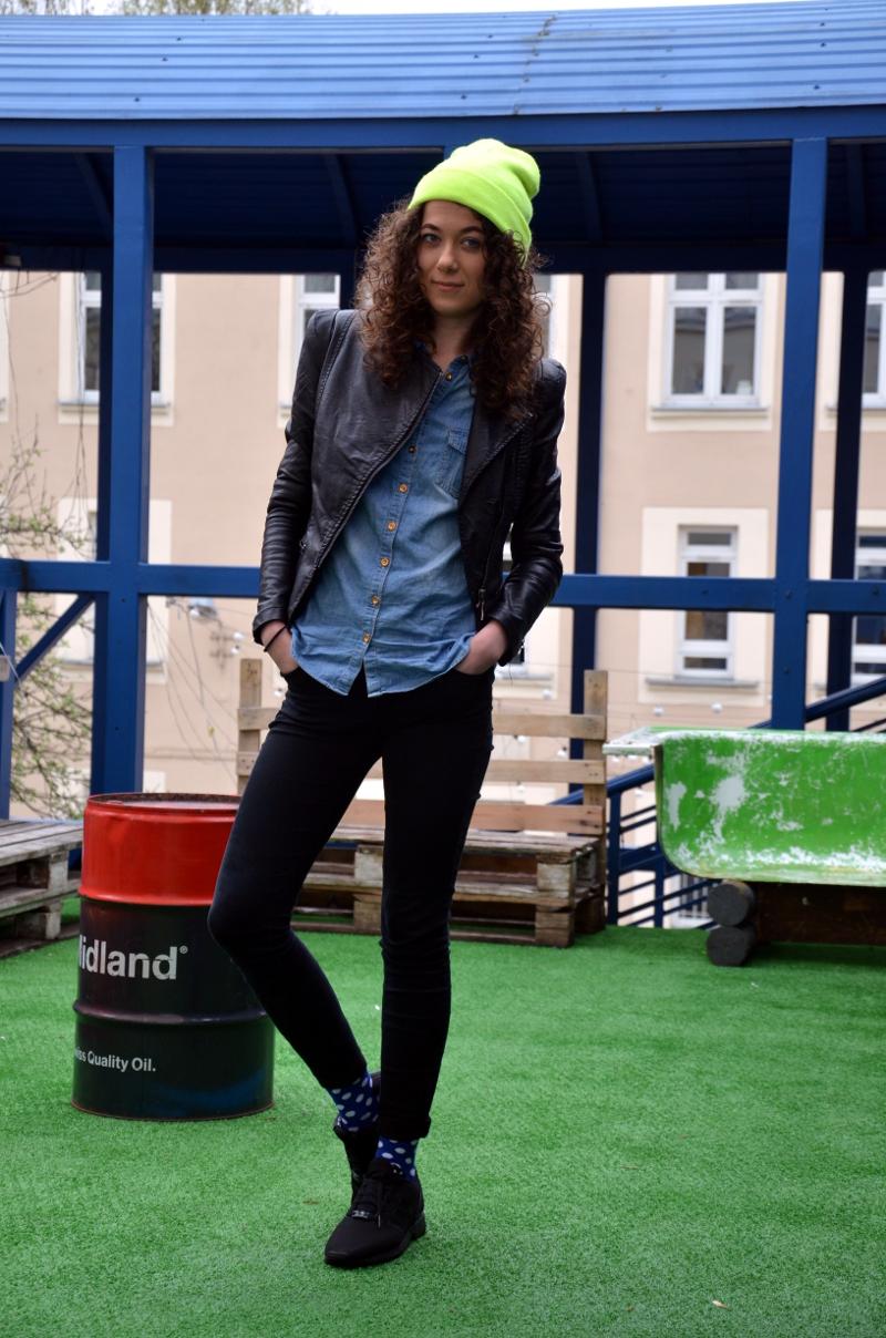 jak nosić kolorowe skarpetki, kolorowe skarpetki, hipster, niebostan, łódź, kolorowa czapka, hipsterskie miejsce, fajne miejsce w Łodzi