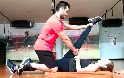 Ejercicio para estirar los músculos extensores de cadera y cola mujeres
