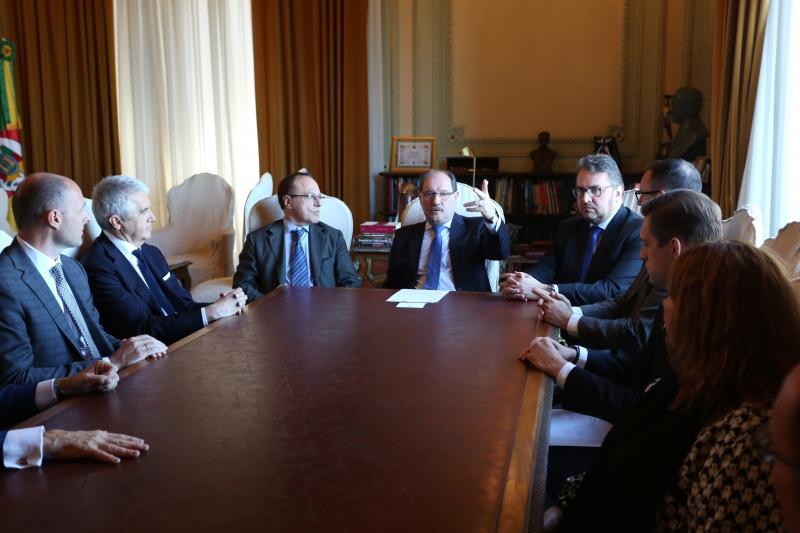Sartori recebeu o diretor-geral da empresa italiana Veronafiere, Giovanni Mantovani, no Piratini - Foto: Karine Viana/Palácio Piratini