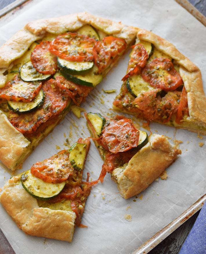 La galette o tarta salada  con vegetales, esta tiene tomates y zuchinni