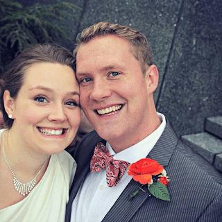 estranha figura aparece em fotos de noivos