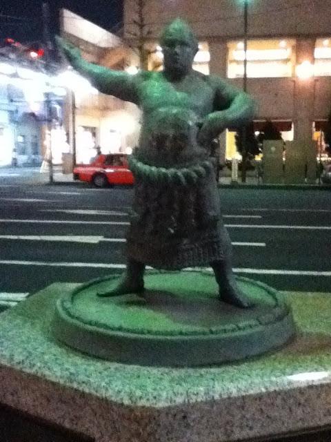 Estatua de un sumo situada en los aledaños del estadio Ryogoku