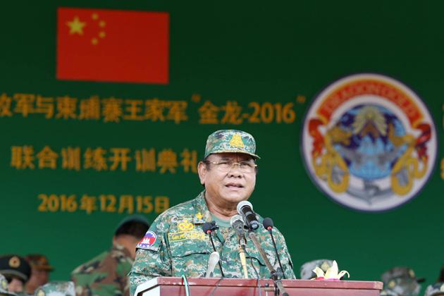 Le général Pol Saroeun, commandant en chef des Forces armées royales cambodgiennes (FARC)