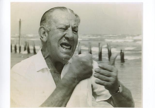 El socorrista sordo Leroy Colombo en una de sus últimas fotografías signando