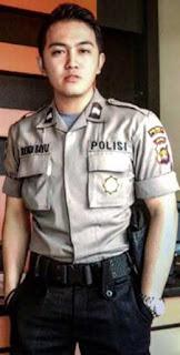 Busana seragam polisi Untuk media informasi bagi suatu instansi atau lembaga