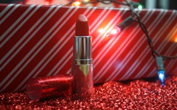Wallpaper: Gift and Lipstick