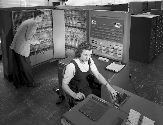 Historia de la IA: Frank Rosenblatt y el Mark I Perceptrón, el primer ordenador fabricado específicamente para crear redes neuronales en 1957