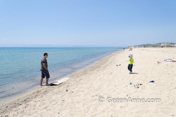 Ayvalık Sarımsaklı plajında baba çocuk kumda oynarken