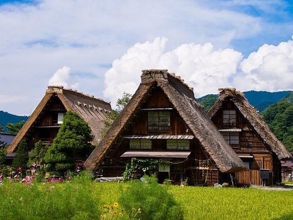 Case con tetti di paglia giapponesi