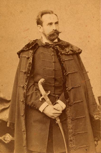 aba6c73e3c 1869-es házaspár fotója, a nődivatból már kiment a nemzeti, de a férfiak  még pár évig hordták egyszerű nappali ruhaként is, ahogy ezen a képen is a  zekét ...