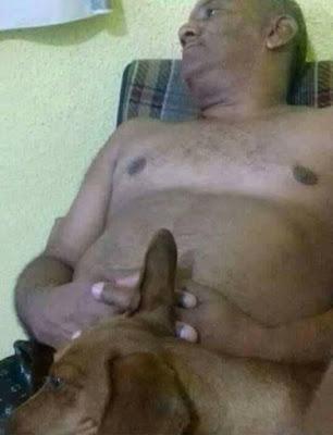 Foto ubik pria dan seekor anjingnya