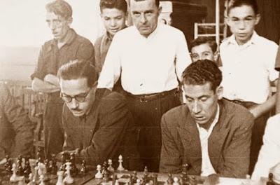 Nicolau y Solá frente al tablero de ajedrez en 1955