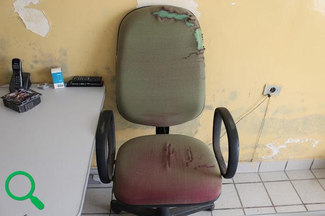 Cadeira rasgada do gabinete do prefeito na Prefeitura Municipal de Buenos Aires