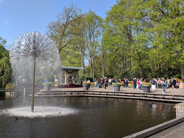 Visit Guide Keukenhof Tulip Gardens fountain
