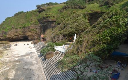 Di tích chùa Hang trên đảo Lý Sơn. Ảnh: Ngọc Phó