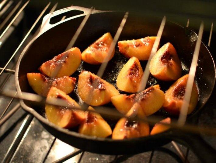 Nectarines frescos cortados, asándose al horno en una plancha o bandeja para hornear