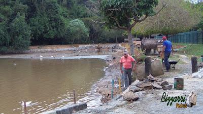 Bizzarri, da Bizzarri Pedras, visitando a obra onde estamos fazendo o muro de pedra em volta da construção do lago em Cotia-SP, sendo muro de pedra para contenção do barranco que está assoreando a lago. 15 de maio de 2017.