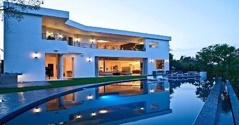 Rumah dua lantai dengan kolam renang