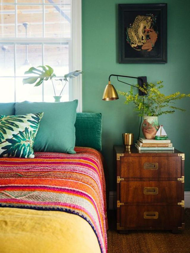 Dormitorio con pared verde oscuro