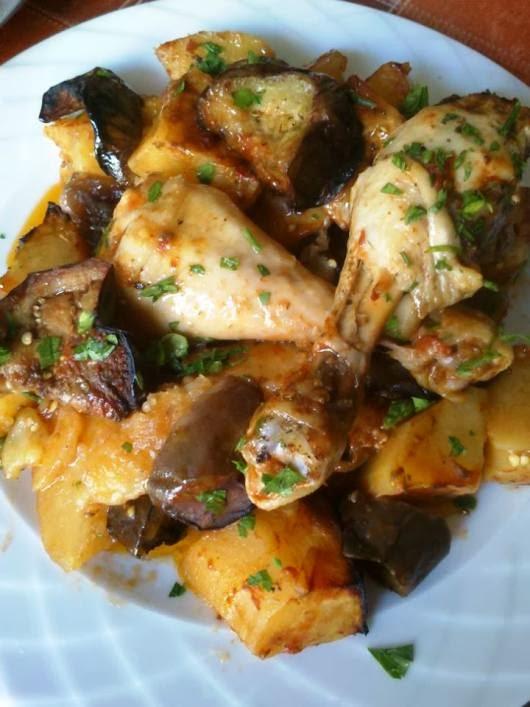 Κοτόπουλο με μελιτζάνες και πατάτες στο φούρνο