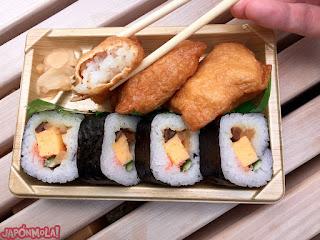 Bento con saquitos de inari y sushi