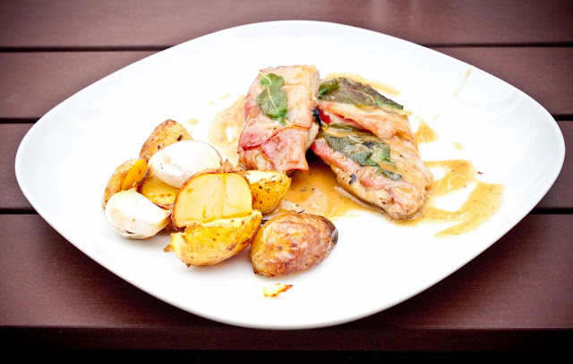 Jídlo je díky telecímu masu neskutečně křehké a jemné. Sušená šunka mu dodá  zajímavější chuť a vůně šalvěje v kombinaci s vinnou omáčku je opravdu  pohádka! 8c8cc4b5431