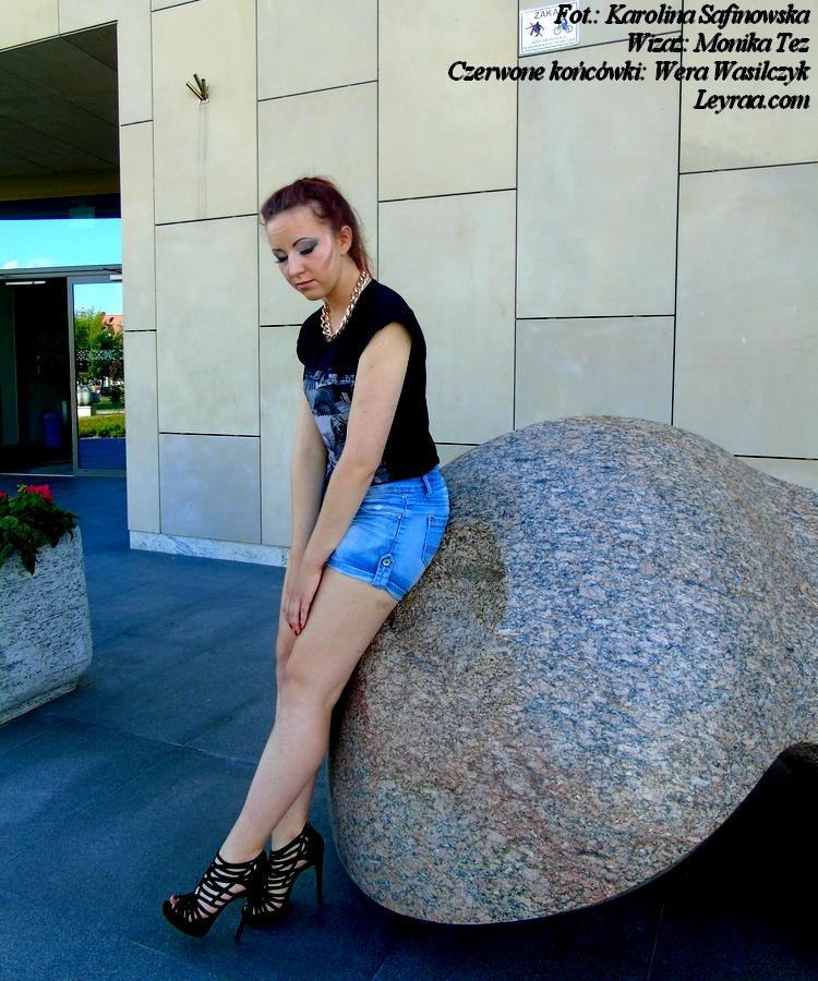 19.06.2017 Czarna koszulka z nadrukiem, jeansowe szorty, naszyjnik łańcuch, szpilki sandałki zamszowe, czerwone końcówki, Suwałki