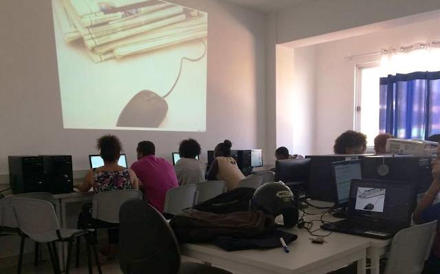 Sala de Computadores da Universidade Lusófona com os alunos na Oficina sobre Google e Chrome
