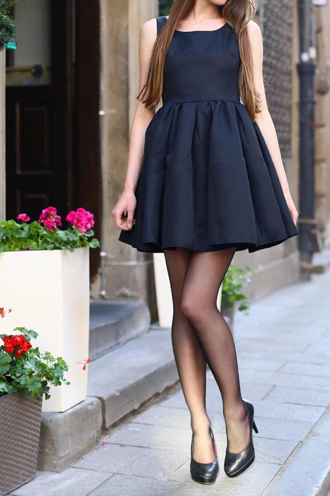 Czarne rajstopy cienkie elegancka czarna sukienka szpilki
